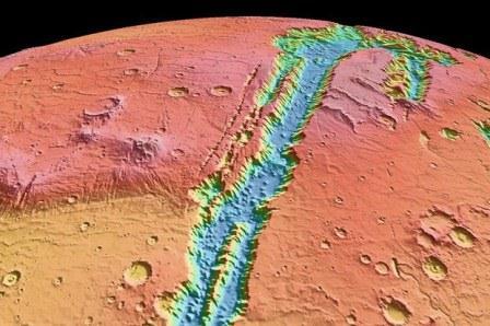 Valles Marineris na powierzchni Marsa – największy znany system kanionów w Układzie Słonecznym, prawdopodobnie powstał na skutek ruchów tektonicznych. / CREDITS: Wired