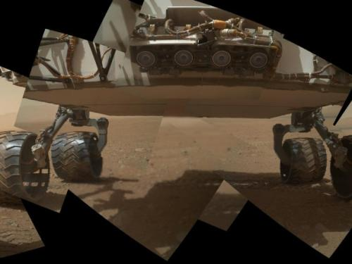 Mozaika składająca się z dziewięciu zdjęć wykonanych przez kamerę MAHLI, przedstawiająca spód łazika Curiosity / Credits: NASA/JPL-Caltech/Malin Space Science Systems