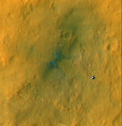Zdjęcie przedstawiające pierwsze przejazdy łazika Curiosity wykonane przez sondę MRO / Credits: NASA/JPL-Caltech/Univ. of Arizona