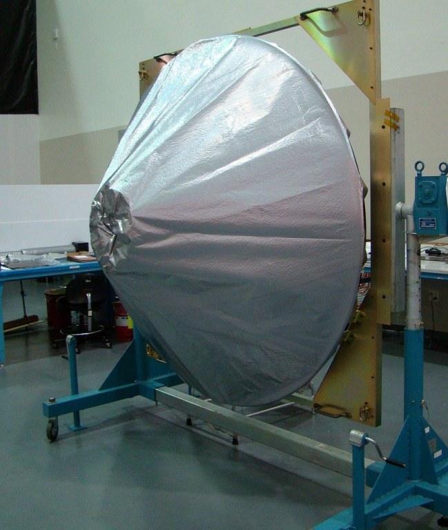 Główna antena sondy MAVEN w osłonie / Credits: Lockheed Martin