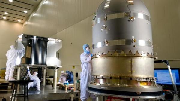 Zdjęcie ukazujące prace nad zbiornikiem hydrazyny dla budowanej marsjańskiej sondy MAVEN w zakładach Lockheed Martin (Denver). Zbiornik pomieści około 1700 litrów tego powszechnie obecnie stosowanego paliwa rakietowego / Credits: Lockheed Martin