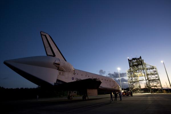 Endeavour na przeciwko dźwigu MDD / Credits: NASA/Kim Shiflett