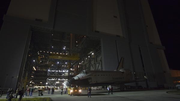 Endeavour opuszczający po raz ostatni halę montażową VAB / Credits: NASA/Kim Shiflett