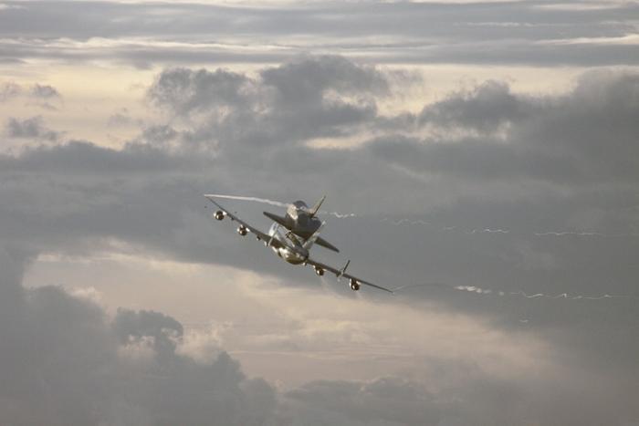 Endeavour na grzbiecie SCA opuszcza po raz ostatni swój port macierzysty na Florydzie / Credits: NASA/Jim Grossmann