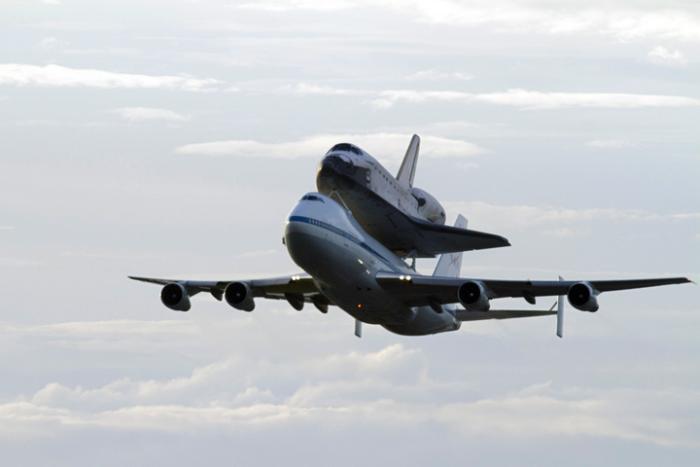 Endeavour na grzbiecie SCA opuszcza po raz ostatni swój port macierzysty na Florydzie / Credits: NASA/Rick Wetherington