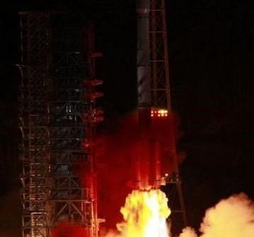 Start rakiety CZ-3B-E - 18.09.2012 / Credits - chinanews.com