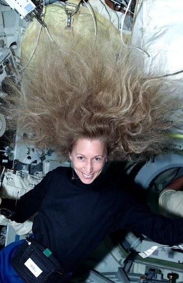 Marscha Irvins w trakcie misji STS-98 (2001 rok) / Credits - NASA