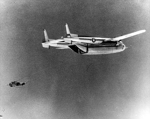 Samolot C-119 przechwytuje w locie kapsułę z naświetlonym filmem, pochodzącą z misji Discoverer 14 (USAF)