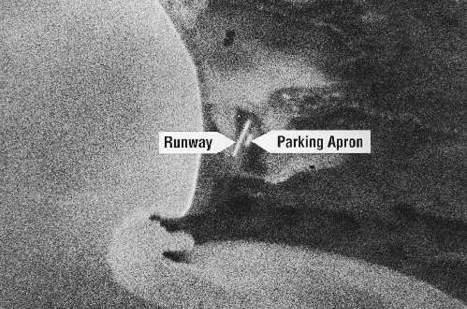 Pierwsze zdjęcie odzyskane z naświetlonej kliszy, odzyskanej po lądowaniu kapsuły Discoverera 14, przedstawiające lotnisko na Przylądku Schmidta w Czukockim Okręgu Autonomicznym (NRO)