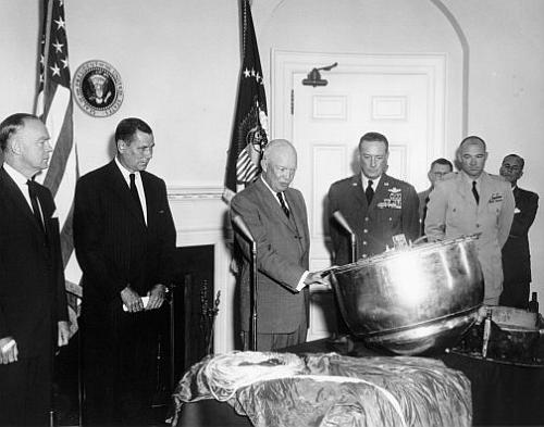 Prezydent Dwight Eisenhower ogląda kapsułę powrotną Discoverera 13 (Dwight D. Eisenhower Library)