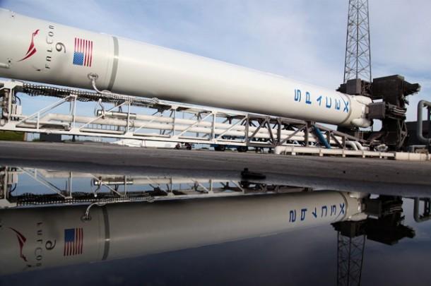 Falcon 9 tuż przed podniesieniem do pionu. Credits -  Spacex