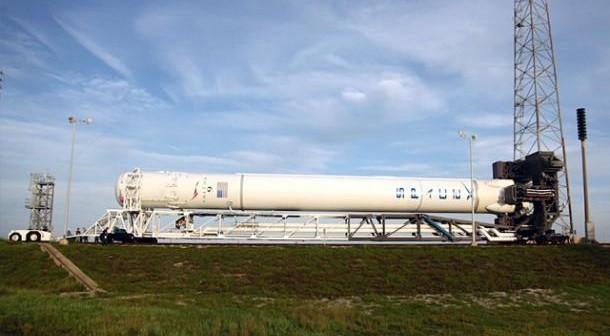 Falcon 9 w czasie wytaczania z hangaru. Credits - Spacex
