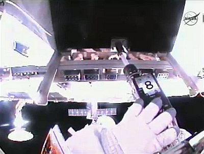 Operacja oczyszczania złączy na elemencie MBSU (NASA TV)