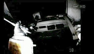 Akihiko Hoshide wkręca zamiennik śruby H2 (NASA TV)
