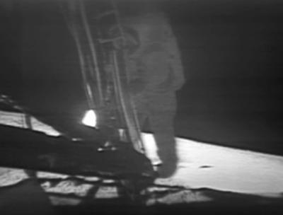 Neil Armstrong schodzący po drabince lądownika na powierzchnię Morza Spokoju / Credits: NASA