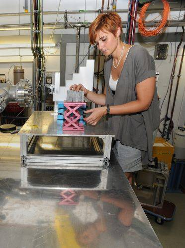 Naukowiec Chiara La Tessa w trakcie umieszczania płytek z symulowanego księżycowego regolitu do badań w akceleratorze. (Credits: G. Otto, GSI Helmholtzzentrum für Schwerionenforschung GmbH)
