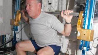Astronauta Steven Lindsey trenujący na ARED na pokładzie Międzynarodowej Stacji Kosmicznej. (Credits: NASA)