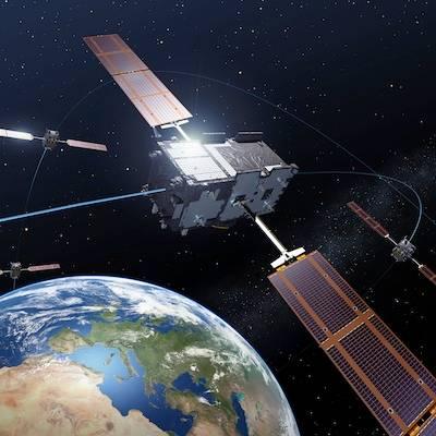 Artystyczne ujęcie satelitów Galileo IOV nad Ziemią / Credits: ESA/P. Carril