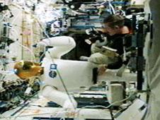 Robonauta w trakcie badań przepływu powietrza na ISS. (Credits: NASA)