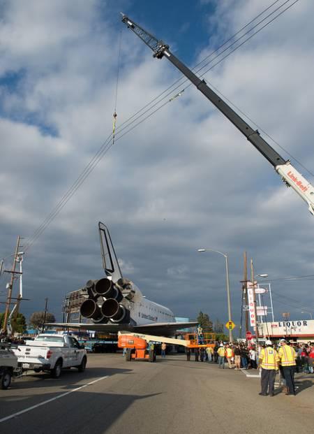 Operacja transportu promu kosmicznego Endeavour jest bardzo złożona. Na zdjęciu przedstawiona sytuacja podniesienie przewodów sieci energetycznej, które stanowiły przeszkodę dla statecznika pionowego wahadłowca / Credits: NASA/Carla Cioffi