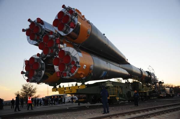 Rakieta Sojuz-FG transportowana na stanowisko startowe / Credits: NASA, RSA