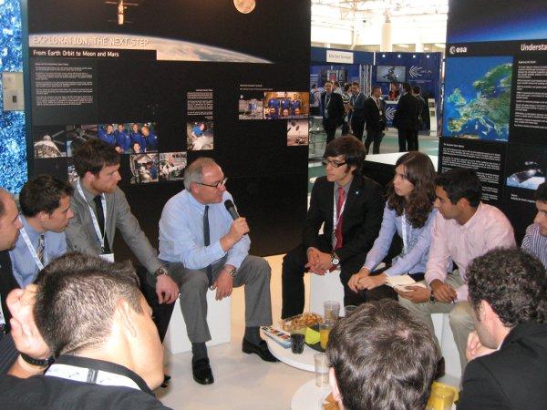 Dyrektor generalny ESA rozmawia z młodymi przedstawicielami sektora kosmicznego z całego świata / Credits - K. Kanawka, kosmonauta.net
