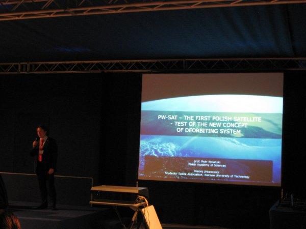 Maciej Urbanowicz przedstawia wyniki misji PW-Sat / Credits - K. Kanawka, kosmonauta.net