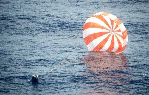 Dragon po lądowaniu u wybrzeży Kalifornii / Credits - Spacex