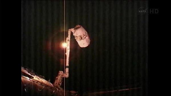 Dragon trzymany przez SSRMS / Credits: NASA TV, rickl