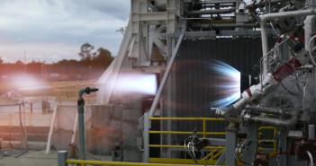 Test komory spalania przeprowadzony został na stanowisku E-1 w ośrodku Stennis Space Center należącym do NASA / Credits: Blue Origin