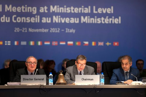 Dyrektor Generalny ESA na Radzie Ministerialnej 2012 - w tle flaga Polski / Credits - ESA