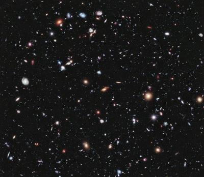 Zdjęcie ukazuje najdalszy fragment wszechświata wykonany przez teleskop Hubble'a. Zdjęcie wykonano w technologii eXtreme Deep Field, czyli przez nałożenie na siebie setek fotografii tego samego fragmentu.