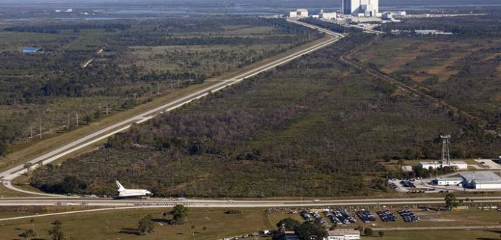 Prom kosmiczny Atlantis opuszcza port Kennedy Space Center / W eskorcie podczas przejazdu promu kosmicznego znaleźli się m.in. byli oraz obecni astronauci NASA / Atlantis wyprowadzany po raz ostatni z hali montażowej VAB / Credits: NASA / Kim Shiflett