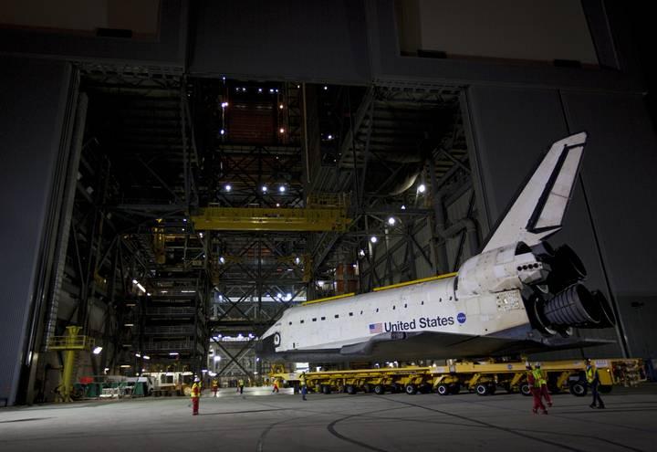 Atlantis wyprowadzany po raz ostatni z hali montażowej VAB / Credits: NASA / Kim Shiflett