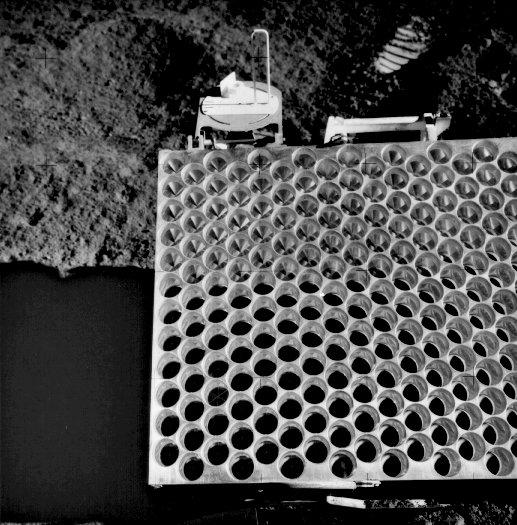 Foto 8. Panel o wymiarach 104 x 61 cm z 300 odbłyśnikami laserowymi pozostawiony przez misję Apollo 15 na powierzchni Księżyca. Foto NASA