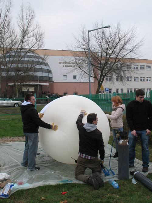Proces pompowania helu do balonu / Credits: Piotr Lamparski
