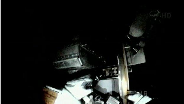 Około 14:38 CET - prace w ciemności przy elemencie P6 kratownicy Stacji / Credits - NASA TV