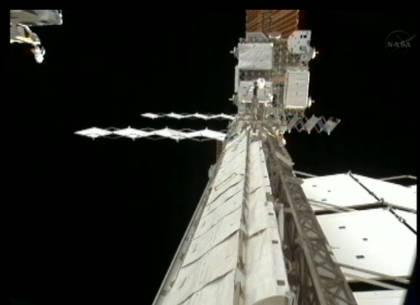 Proces rozkładania radiatora (po prawej( / Credits: NASA TV