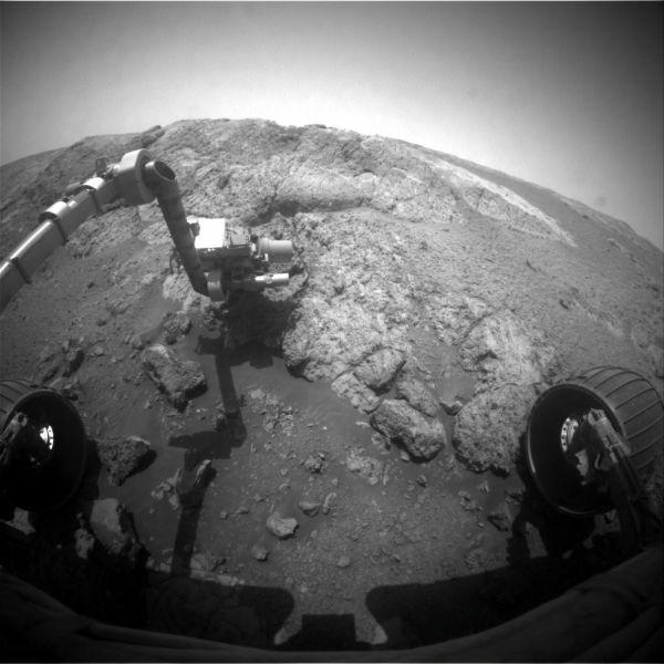 Ujęcie z przedniej kamery Hazcam łazika Opportunity. Instrumenty na wyciągniętym ramieniu badają utwór o nazwie Onaping w rejonie Copper Cliff na wzgórzu Matijevic. Zdjęcie wykonano w 3163 marsjańskim dniu pracy łazika 16 grudnia 2012 roku / Credits: NASA/JPL-Caltech