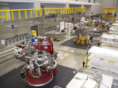 Dwa silniki J-2X oraz system napędowy (powerpack), rozwijane przez firmę Pratt & Whitney Rocketdyne, spoczywają na stanowiskach roboczych w ośrodku Stennis Space Center, w momencie przerwy w testach / Credits: NASA/SSC
