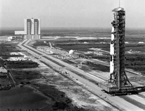 Platforma MLP oraz rakieta Saturn 5 transportowane z widocznej w oddali hali montażowej VAB na stanowisko startowe LC-39B w przygotowaniu do startu misji Apollo 10 w marcu 1969 roku / Credits: NASA