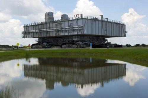 Mobilna platforma startowa MLP nr 3 powraca do hali montażowej VAB po starcie ostatniego promu kosmicznego (Atlantis) w ramach misji STS-135 / Credits: NASA/Kim Shiftlett