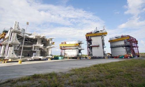 Siedem platform roboczych, wykorzystywanych w czasie trwania programu STS / Credits: NASA/Jim Grossmann