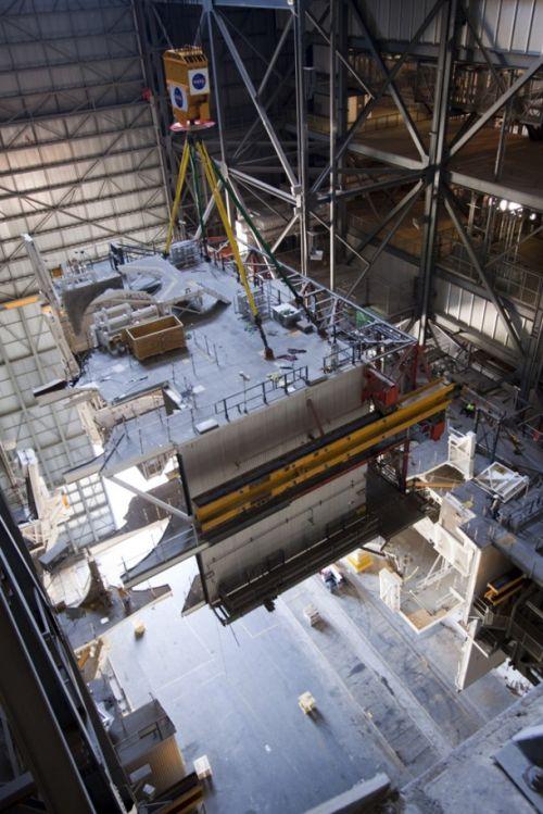 Proces demontażu jednej z platform roboczych, wykorzystywanych w czasie montażu zestawu startowego promów kosmicznych / Credits: NASA/Jim Grossmann