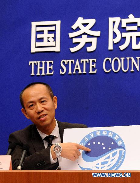 Ran Chengqi, rzecznik Beidou Navigation Satellite System (BDS), przedstawia logo systemu na konferencji prasowej 27 grudnia 2012 roku / Credits: Xinhua, He Junchang of BDS during a press conference in Beijing, capital of China, Dec. 27, 2012.