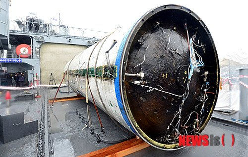 Odzyskany dolny stopień rakiety Unha-3 / Credits - Chosun Ilbo & Chosunonline.com