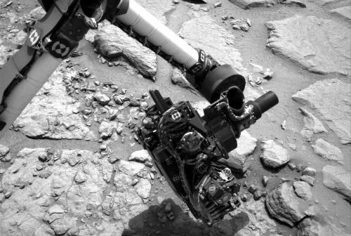 Ramię łazika obserwuje skały w Yellowknife Bay - 13.01.2013, sol 156 / Credits - NASA, JPL-Caltech