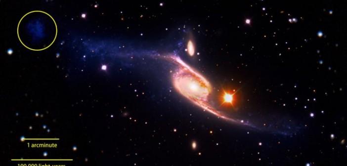 Zdjęcie powstało w efekcie połączenia obrazu w zakresie światła widzialnego uzyskanego przez VLT, obrazem w zakresie dalekiego ultrafioletu uzyskanego przez GALEX oraz obrazu w zakresie podczerwieni uzyskanego przez teleskop Spitzera. W górnym lewym rogu zaznaczono karłowatą galaktykę, która powstała najprawdopodobniej w wyniku kolizji dwóch głównych składników / Credits: NASA's Goddard Space Flight Center/ESO/JPL-Caltech/DSS