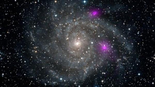 Położenie źródeł ULX w ramionach galaktyki IC342 / Credits: NASA/JPL-Caltech/DSS