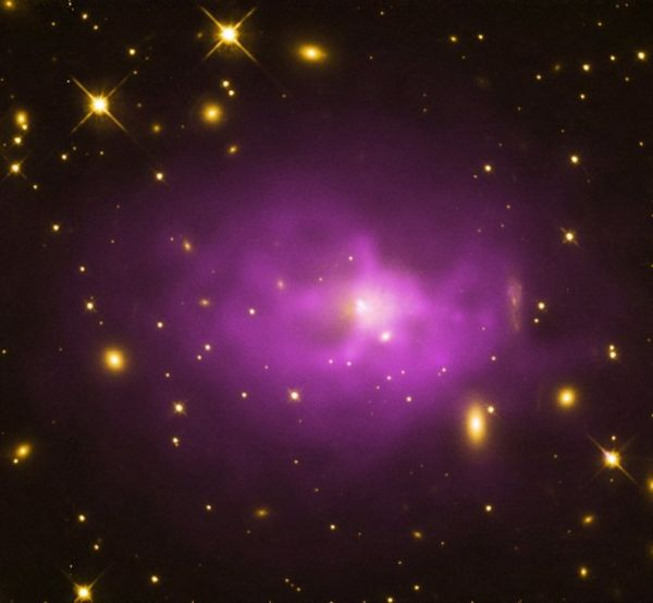 Duża, eliptyczna galaktyka w centrum gromady galaktyk PKS 0745-19 / Credits: X-ray: NASA/CXC/Stanford/Hlavacek-Larrondo, J. et al; Optical: NASA/STScI